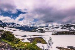 22 de julio de 2015: Panorama de la trayectoria que camina a Trolltunga, Noruega Imagen de archivo libre de regalías
