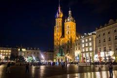 09 de julio de 2017 - Polonia, Kraków Plaza del mercado en la noche La tubería Foto de archivo