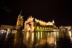 11 de julio de 2017 - Polonia, Kraków Plaza del mercado en la noche La tubería Imagenes de archivo