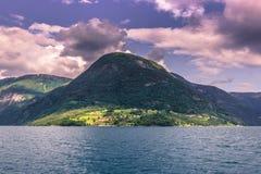 23 de julio de 2015: Pueblo de Ornes en el fiordo del fjordane de Sogn OM, N Imagen de archivo