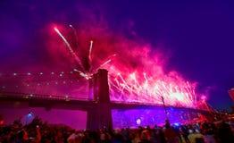 4 de julio de 2014 puente de Brooklyn de los fuegos artificiales Manhattan Imágenes de archivo libres de regalías