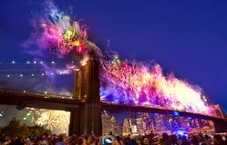 4 de julio de 2014 puente de Brooklyn de los fuegos artificiales Manhattan Foto de archivo libre de regalías