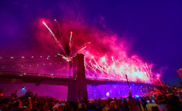 4 de julio de 2014 puente de Brooklyn de los fuegos artificiales Manhattan Imagen de archivo libre de regalías