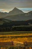 14 de julio de 2016 - puesta del sol en San Juan Mountains, Colorado, los E.E.U.U. con la cerca de carril que mira en el 'rancho  Fotografía de archivo