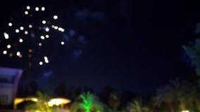 3 de julio de 2017 Turquía Alania hotel Fuegos artificiales de la noche en el fondo de palmeras almacen de metraje de vídeo