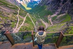 25 de julio de 2015: Viajero en el camino de Trollstigen, Noruega Foto de archivo libre de regalías