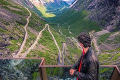 25 de julio de 2015: Viajero en el camino de Trollstigen, Noruega Imágenes de archivo libres de regalías