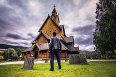 18 de julio de 2015: Viajero en Heddal Stave Church en Telemark, ni Fotos de archivo
