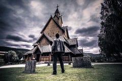 18 de julio de 2015: Viajero en Heddal Stave Church en Telemark, Noruega Foto de archivo libre de regalías