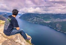 20 de julio de 2015: Viajero en la cumbre de la roca del púlpito, Norwa Imágenes de archivo libres de regalías