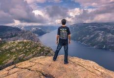 20 de julio de 2015: Viajero en la cumbre de la roca del púlpito, Norwa Fotografía de archivo libre de regalías