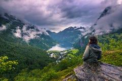 24 de julio de 2015: Viajero que contempla el Geirangerfjord, mundo ella Fotos de archivo