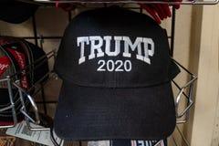 3 DE JULIO DE 2018 - HOLBROOK ARIZONA: Sombrero 2020 de la reelección de presidente Donald Trump para la venta en una tienda de r foto de archivo libre de regalías
