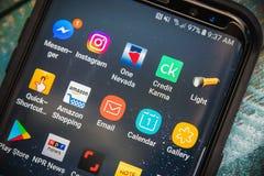 1 DE JULIO DE 2017: LAS VEGAS, NANOVOLTIO: Galaxia S8 de Karma App Showing On Samsung del crédito más el teléfono Ciérrese encima foto de archivo