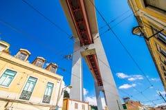 10 de julio de 2017 - Lisboa, Portugal Los 25 de Abril Bridge es un puente que conecta la ciudad de Lisboa con el municipio de Al Foto de archivo