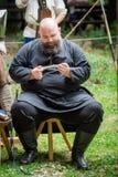 15 de julio de 2017 Ploiesti Rumania, festival medieval - carpintero que hace la cuchara a mano de madera imagenes de archivo