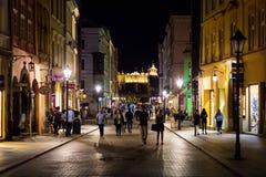 12 de julio de 2017 - Polonia, Kraków Plaza del mercado en la noche La tubería Foto de archivo