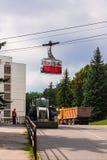 5 de julio de 2017 Pyatigorsk Federación Rusa La gente está montando en el ferrocarril aéreo del coche Foto de archivo