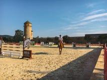 18 de julio de 2017 región Borgoña de Cluny de la ciudad de Francia: Competencias en el montar a caballo Un hombre monta a caball imagen de archivo