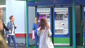 20 de julio de 2017 Rusia Ferrocarril Domodedovo Máquinas expendedoras para los boletos de tren Pasajeros que compran boletos almacen de video