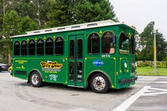 20 de julio de 2018 San Francisco/CA/los E.E.U.U. - vintage que mira a San Francisco City Green Tour Bus que cruza Golden Gate Pa imagen de archivo libre de regalías