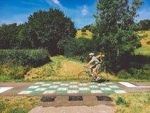 21 de julio de 2017 Transporte y caminos en la región de Francia de Borgoña Monte en bicicleta la ruta, camino de servicio en zon Fotos de archivo libres de regalías