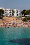 16 de junho de 2017, ` de Cala D ou, Mallorca, Espanha - vista da praia do mar com muitos povos na água Foto de Stock