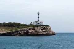 16 de junho de 2017, Porto Colom, Mallorca, Espanha - opinião do litoral com farol Fotografia de Stock Royalty Free