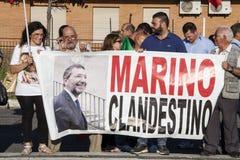 11 de junho de 2015 Protesto dos cidadãos contra os ciganos e o prefeito Indicadores velhos bonitos em Roma (Italy) Fotografia de Stock Royalty Free