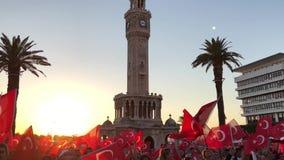 15 de junho dia da democracia em Turquia Izmir Povos que guardam bandeiras turcas no quadrado de Konak em Izmir e video estoque