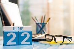 22 de junho Dia 22 do mês, calendário de madeira da cor no fundo do escritório da hora Adultos novos Espaço vazio para o texto Imagem de Stock Royalty Free
