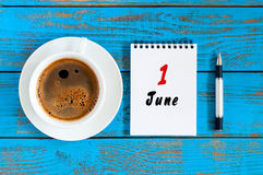 1º de junho dia do mês 1, calendário diário com o copo de café da manhã no fundo de madeira azul Conceito do verão, parte superio Foto de Stock