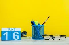 16 de junho Dia 16 do mês, calendário no fundo amarelo com suplies do escritório Horas de verão no trabalho Dia internacional de Fotografia de Stock