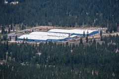 25 de junho de 2018 erva daninha/CA/EUA - opinião aérea Crystal Geyser Alpine Spring Water pela facilidade do CG Roxane, cercada  foto de stock