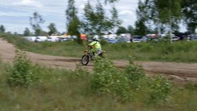 10 de junho de 2018 Federação Russa, região de Bryansk, Ivot - esportes extremos, motocross transversal O motociclista entra no filme
