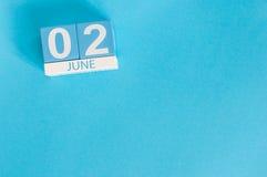 2 de junho Imagem do calendário de madeira da cor do 2 de junho no fundo azul Dia de verão, espaço vazio para o texto Foto de Stock Royalty Free