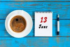 13 de junho Imagem do 13 de junho, calendário no fundo azul com o copo de café da manhã Dia de verão, vista superior Imagem de Stock