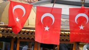11 de junho de 2019 - Istambul, Turquia: Ondas turcas da bandeira nacional no vento contra o céu no cais de Eminonu vídeos de arquivo