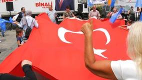 12 de junho de 2019 - Istambul, Turquia: Os povos turcos estão guardando a bandeira nacional de Turquia e estão dançando durante  vídeos de arquivo