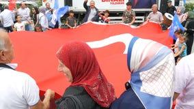 12 de junho de 2019 - Istambul, Turquia: Os povos turcos estão guardando a bandeira nacional de Turquia e estão dançando durante  video estoque
