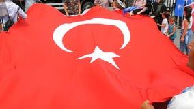 12 de junho de 2019 - Istambul, Turquia: Os povos turcos estão guardando a bandeira nacional de Turquia e estão dançando durante  filme