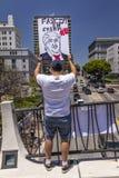 30 DE JUNHO DE 2018 - LOS ANGELES, CALIFÓRNIA, EUA - mantenha a marcha de protesto das famílias junto com assina dentro Los Angel fotos de stock royalty free