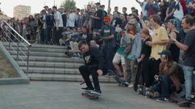 21 de junho de 2018, Moscou, Rússia, Arbat, vai dia Skateboarding: aglomere skateres, profissionais novos e o menino amador do at video estoque