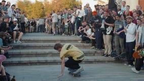 21 de junho de 2018, Moscou, Rússia, Arbat, vai dia Skateboarding: aglomere skateres, profissionais novos e o menino amador do at filme