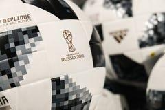 27 de junho de 2018, Moscou, Rússia Bola oficial branca com logotipo de F Imagens de Stock