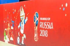 26 de junho de 2018: O campeonato do mundo 2018 de FIFA Bandeira com emblema e Zabivaka na área do fã no quadrado vermelho Fotos de Stock Royalty Free