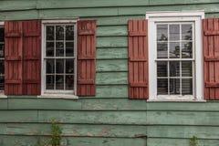 26 de junho de 2017 - SAVANNAH GEORGIA - o tapume histórico do vermelho home das características estremece e tapume verde Detalhe fotografia de stock
