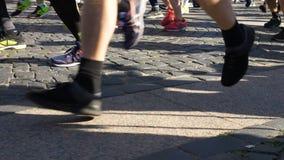 30 de junho de 2019 St Petersburg: Uma grande multidão de povos que correm uma maratona, close-up dos pés no movimento lento video estoque