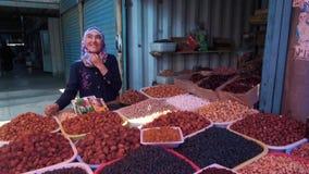 24 de junho de 2018: Vendedores da feira A de Osh na feira de Osh frutos e especiarias secos filme