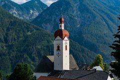 30 de junho de 2018: Vista da vila pequena de Assling Tirol REGIO fotografia de stock royalty free